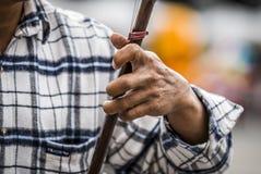 Человек играет erhu Стоковая Фотография