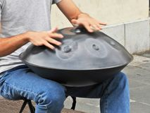 Человек играя барабанчик вида на улице стоковые фото