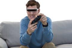 Человек играя видеоигру с шлемофоном виртуальной реальности Стоковое Изображение RF
