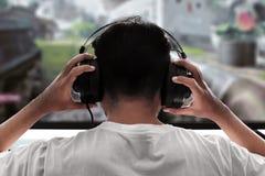 Человек играя видеоигры носит наушники стоковая фотография rf
