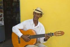 Человек играя гитару в Кубе Стоковое Фото