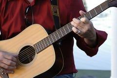 Человек играя гитару стоковые фото
