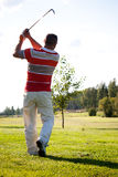 Человек играя гольф Стоковые Фото