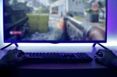 Человек играя компютерную игру на ноче стоковые изображения rf