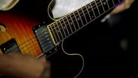 Человек играя красивую гитару акции видеоматериалы