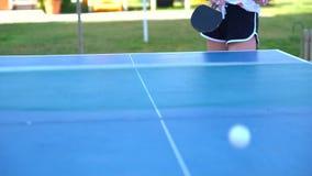 Человек играя настольный теннис outdoors сток-видео