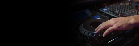 Человек играя оборудование DJ стоковая фотография rf