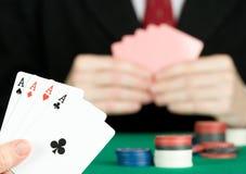 человек играя покер Стоковые Изображения