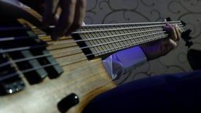 Человек играя рок-концерт басовой гитары closeup сток-видео