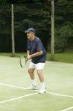человек играя старший теннис Стоковая Фотография RF