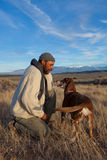 Человек играя с его собакой Стоковое Фото