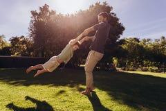 Человек играя с его сыном в парке стоковые изображения rf