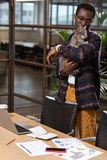 Человек играя с котом на работе стоковое фото