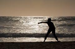 Человек играя с ракеткой на заходе солнца Стоковое Изображение
