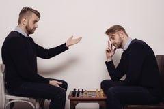 Человек играя шахмат против себя стоковые фотографии rf