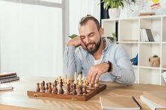 Человек играя шахмат с собой стоковое фото rf