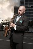человек играя tux саксофона стоковая фотография