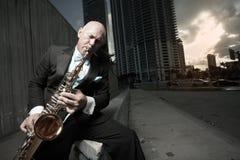 человек играя tux саксофона стоковое фото rf
