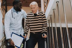 Человек идет вниз Лестницы Дом престарелых Доктор Помогать стоковое фото