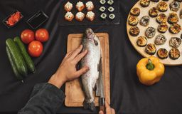 Человек идет зажарить рыб стоковые изображения rf