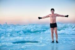 Человек идет к swimm в лед-отверстии стоковые изображения rf