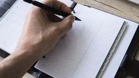 Человек идет написать что-то на его тетради Взгляд сверху, плоское положение пустая тетрадь человека воодушевленности Человек с п Стоковое Фото