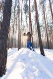 Человек идет через лес зимы стоковая фотография rf