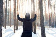 Человек идет через лес зимы стоковые фото