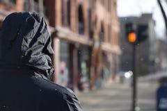 Человек идя вниз по улице стоковые изображения rf