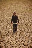 Человек идя вокруг фото высушенной почвы поверхностного уникального стоковое фото rf