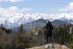 Человек идя в горы стоковое изображение rf