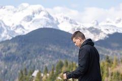 Человек идя в горы стоковые фотографии rf