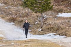 Человек идя в горы стоковая фотография rf