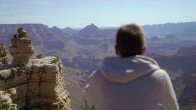 Человек идя в гранд-каньон сток-видео