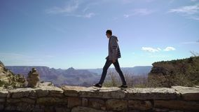 Человек идя в гранд-каньон видеоматериал
