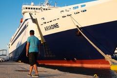Человек идя в порт стоковая фотография rf