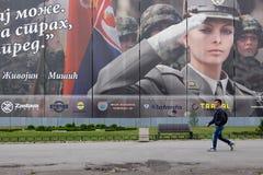 Человек идя в улицу стоковые изображения