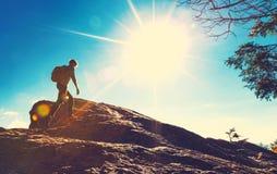 Человек идя на горы Стоковое фото RF