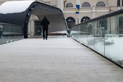 Человек идя на мост стоковое фото rf