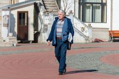 Человек идя на улицу Стоковые Фото