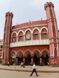 Человек идя около старого здания железнодорожного вокзала Дели Стоковые Фото
