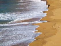 Человек идя самостоятельно на пляж Стоковые Изображения RF