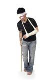 Человек идя с костылем полнометражным стоковые изображения rf