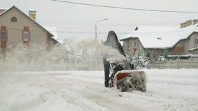 Человек извлекая снег с машиной плужка снега сток-видео