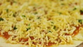 Человек или женщина приниманнсяый за домашний бизнес подготавливая очень вкусную пиццу Варить пиццу Шеф-повар положил сыр и базил акции видеоматериалы