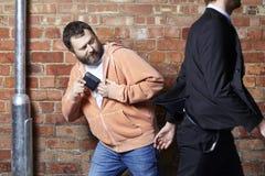 Человек имеет его бумажник быть pickpocketed стоковая фотография