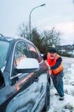 Человек имеет нервное расстройство автомобиля на проселочной дороге Стоковое фото RF