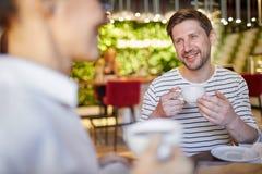 Человек имея кофе с женщиной стоковые изображения