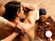 Человек имея массаж в салоне спы Стоковая Фотография RF