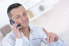 Человек имея переговор на мобильном телефоне стоковое изображение